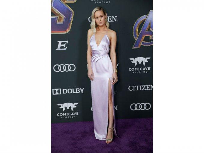 Brie Larson deslumbró con un vestido de seda Celine.