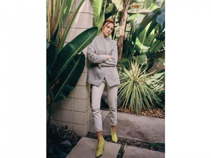 Isabel Marant propone combinar los jeans blancos con botines en color amarillo. ¿Nada mal, eh?