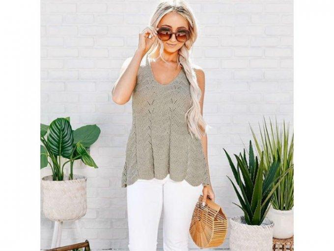 Los jeans blancos van perfecto con una bolsa tejida y una blusa de punto.