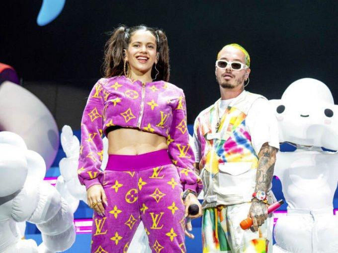 Rosalía subió al escenario principal para cantar con J Balvin enfundada en un pants con los logos de Louis Vuitton.