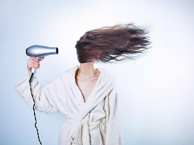 Para hacerlo evita usar calor como el de la secadora o la plancha.