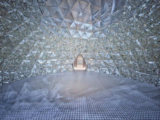 Cúpula de Cristal: Inspirada en la cúpula geodésica de Richard Buckminster Fuller.