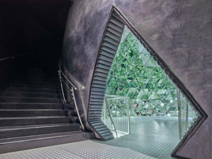 La música en el Crystal Dome fue creada por Brian Eno. Este espacio ha sido elegido para realizar bodas.