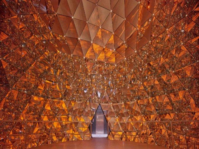 Consta de 595 espejos que crean un efecto de profundidad especial.