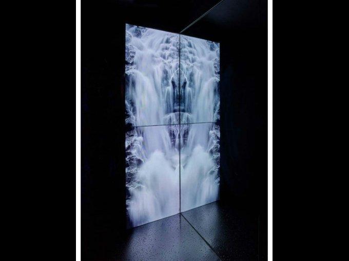 En su entrada, una cascada con sonido de agua cayendo se refleja en las paredes.