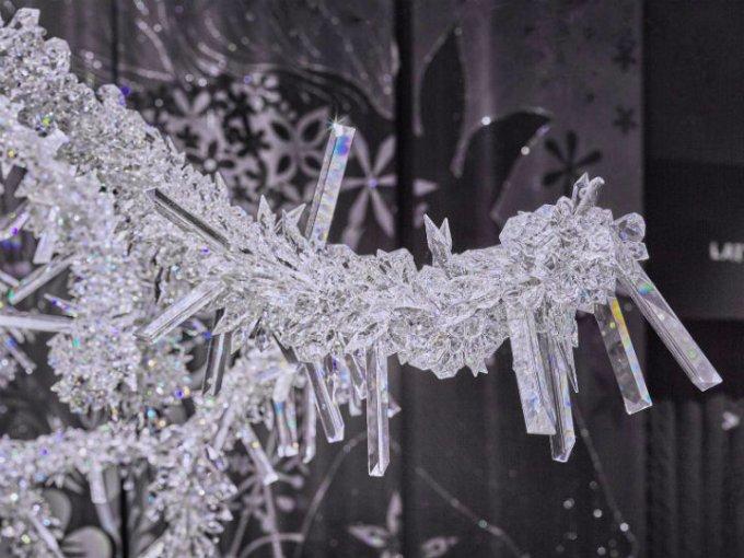 Sus 150.000 cristales brillantes de Swarovski evocan un romántico y frío invierno.