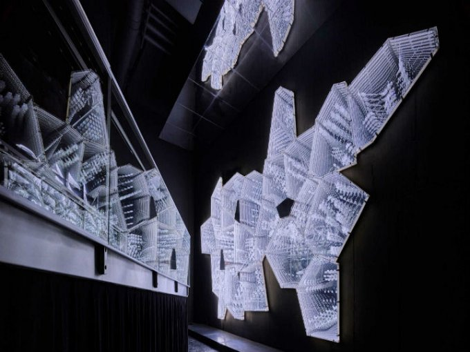 Sus cristales y espejos dan una ilusión espacial profunda.