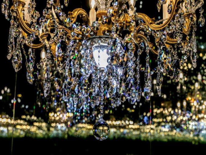 El elemento central es una araña giratoria de cristal Swarovski, colocada en una habitación con espejos.
