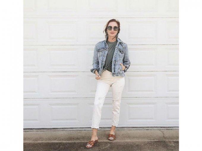 Cuando escojas jeans blancos, debes asegurarte de que sean de mezclilla gruesa para evitar transparencias.