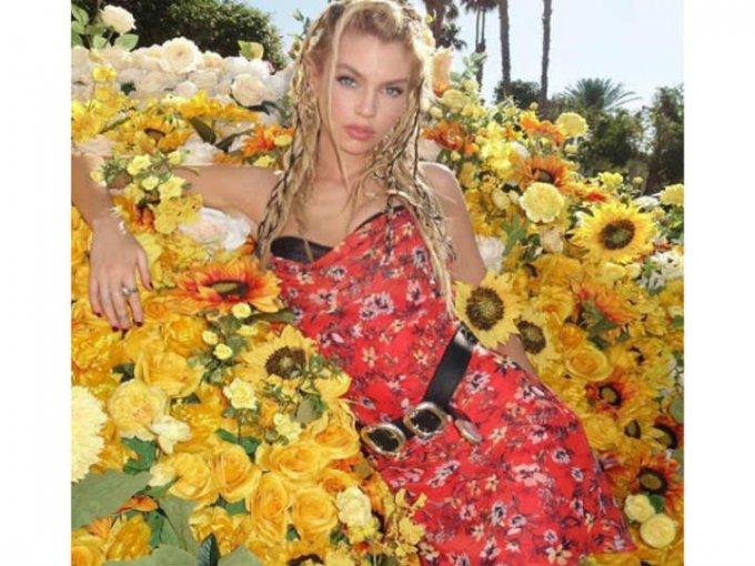 La modelo Stella Maxwell llevó los vestidos floreados a un nuevo nivel.