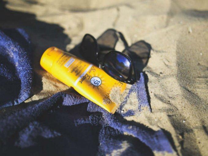 También es necesario usar un protector aún cuando estás en el interior, pues los rayos provocados por las lámparas o la computadora tienen un efecto en la piel.