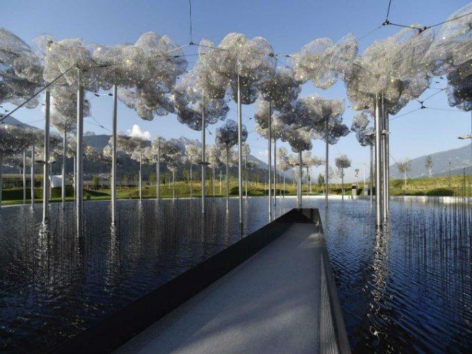 Nube de Cristal y Espejo de agua: Instalación diseñada por Andy Cao y Xavier Perrot.