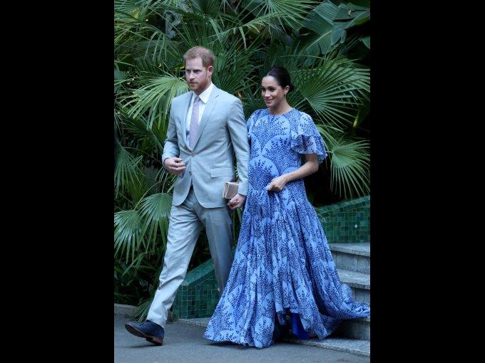 Vestido azul con volantes en las mangas firmado por Carolina Herrera