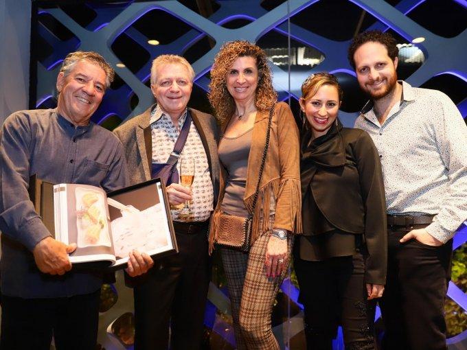 Ignacio Urquiza con el libro Tori Tori by Kumoto, acompañado de Carlos, Ivonne, Fredel y Alberto Sacal