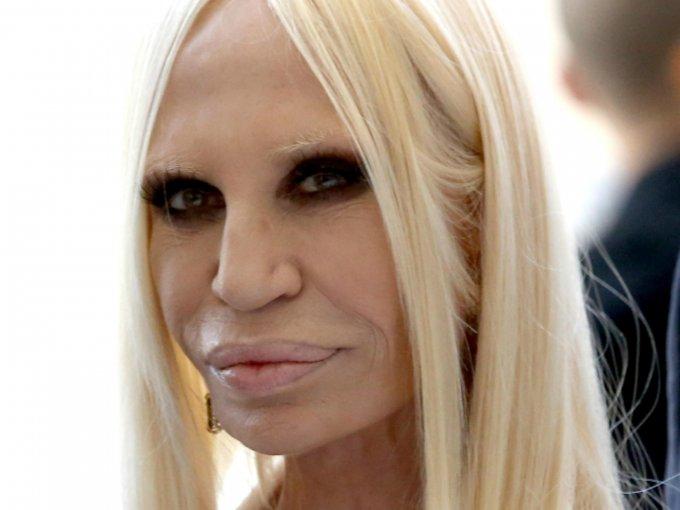 Donatella tiene un estilo característico, y sí, exótico podría ser la palabra para definirlo. Mira las fotos:
