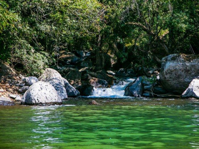 El lago se alimenta constantemente de agua fresca.