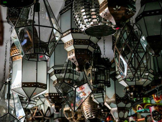 Estas lámparas del mercado de artesanías las puedes usar para decorar tu jardín.