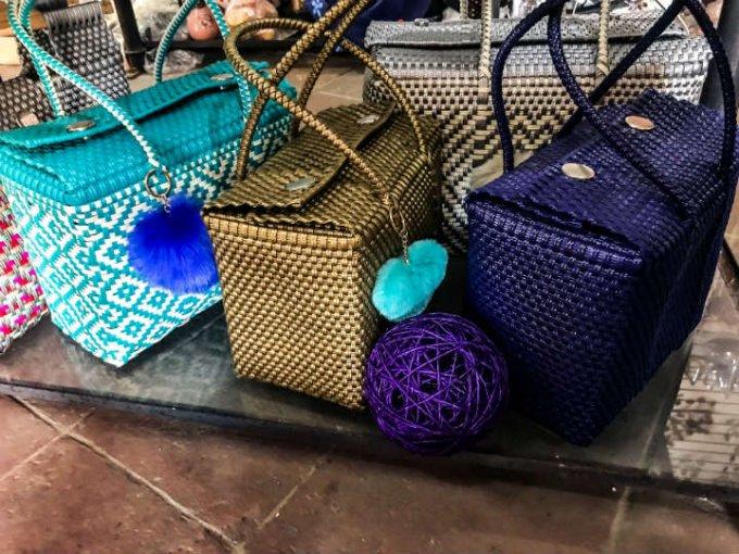 En el mercado de artesanías puedes encontrar todo tipo de curiosidades, como bolsas tejidas.