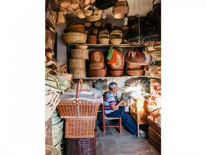 Caminar por el mercado de artesanías es toda una experiencia.