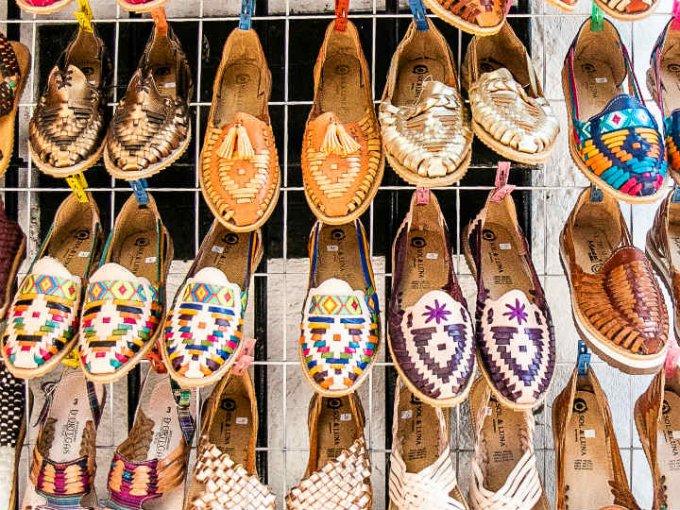 Los zapatos tejidos y de colores son una de las tendencias más fuertes y en el mercado de artesanías puedes encontrarlos.