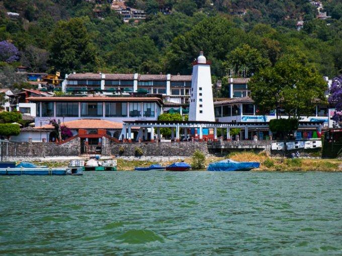 La vista durante un paseo en un bote por el lago.