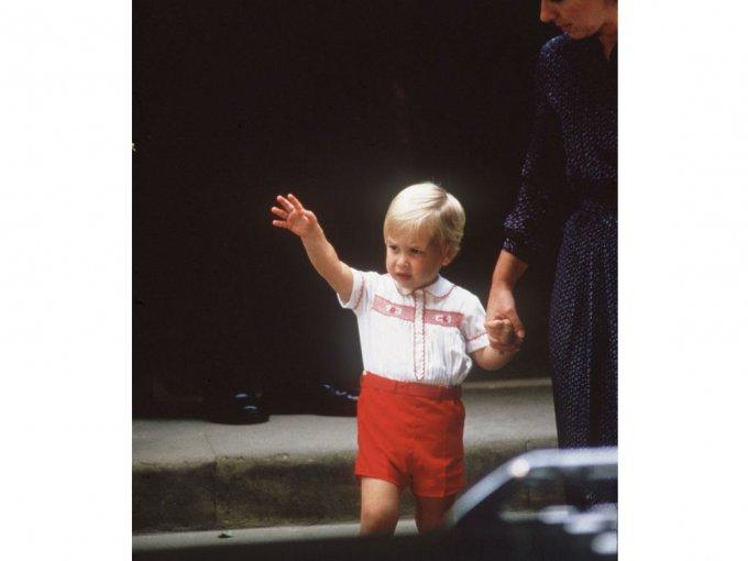 Y un pequeño príncipe William estuvo ahí para saludar a su hermano menor.