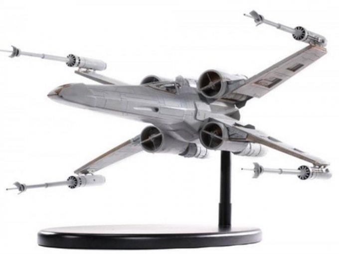 Una miniatura del X-Wing que fue usada para grabar varias escenas se vendió en 112,100 dólalres.