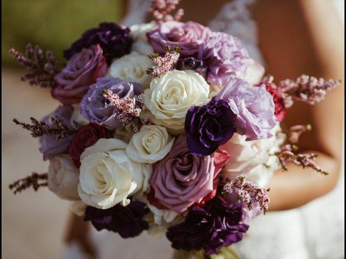 La rosa morada es considerada digna para el inicio de una relación. Su color es el del encanto; su aire, el del enamoramiento. Darlas como obsequio es desvelar una profunda atracción hacia la persona que la recibe.