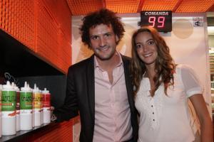 El anfitrión. Fernando Pardo y su novia, Pamela Gabilondo