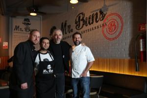 """""""Un lugar de amigos"""" es como definen los socios de Mr. Buns a este nuevo restaurante de hamburguesas artesanales."""