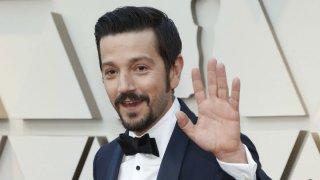 Diego Luna llegó así a la alfombra roja de los Oscar 2019. Foto: Reuters